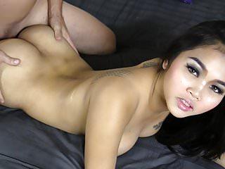 年輕的泰國奶油在她的餡餅