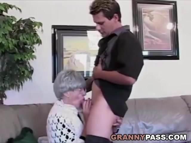 Rávette korosodó anyukáját a fiú arra hogy leszopja és szexeljen vele