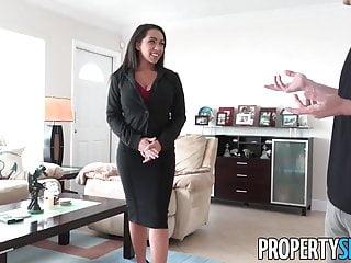 PropertySex Procace agente immobiliare usa il sesso per vendere casa