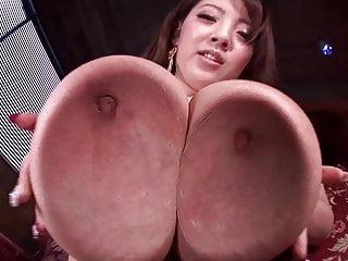 asiatico con tette mostruose in posa in lingerie