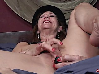 Lynn Mature MILF Masturbation Fun In Bed