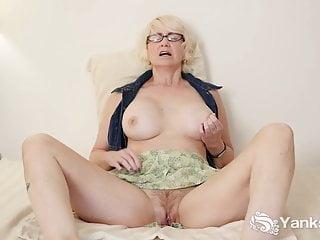 Eden maturo si masturba la figa