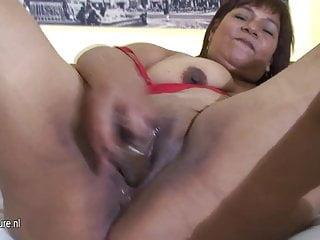 La mamma slut paffuta matura Olga ama bagnarsi e scatenarsi