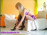 Hot Josie in Overknee-Stiefeln will deinen Schwanz!