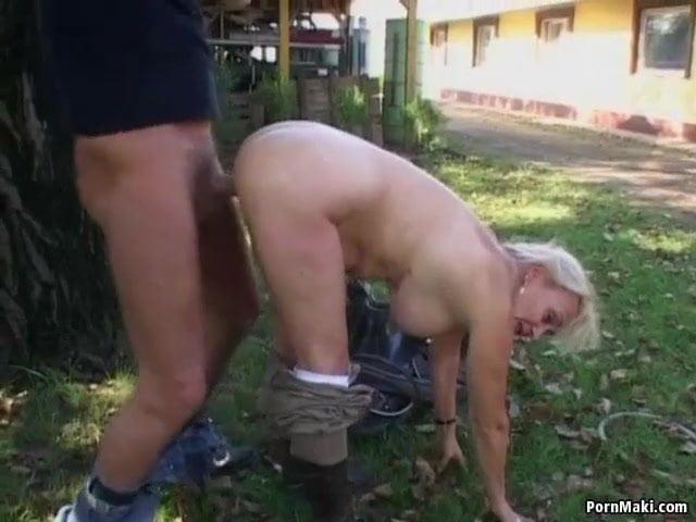 Kertben szekszelt egymással anya és fia szex videó
