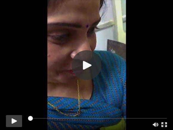 टॉयलेट में कार्यालय में सहकर्मी द्वारा अंगुली से इंडियन ममी