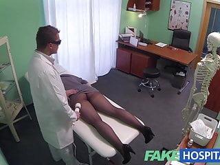 Il massaggio spot di FakeHospital G fa bagnare una calda bruna