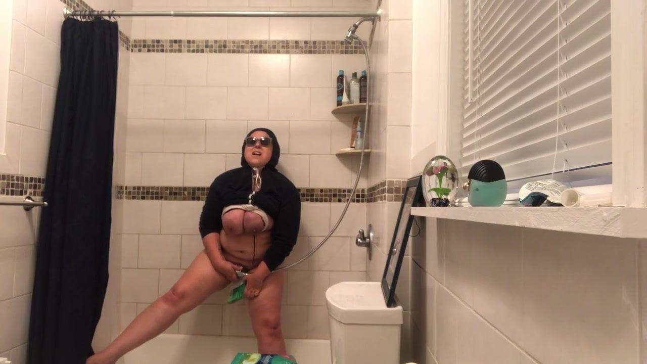amateur bbc blowjob bathroom