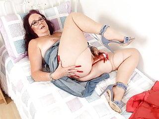 British granny zadi puts dildo to work in...