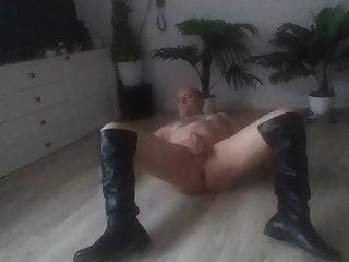 in sich muss Eiswuerfel schieben den Arsch Nacktsklave