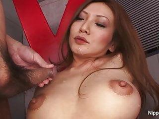性感的貝貝自慰同時她的獲取負載吹在她的臉