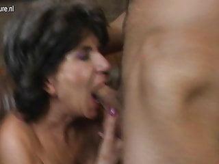 Madre matura scopa a modo suo ragazzo più giovane