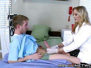 Dottore tettona fa venire la sua paziente