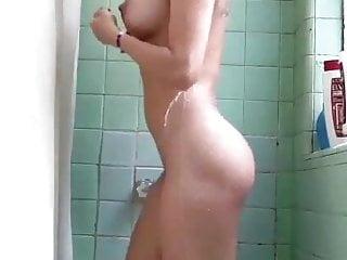 Figa in doccia tette grandi