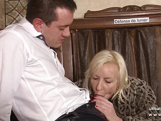 Cattivo francese maturo duro sodomizzato in un bar con 2 bocca