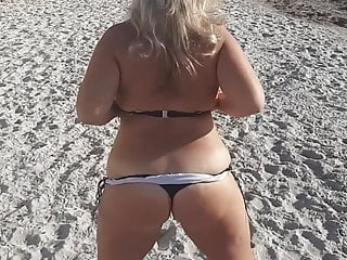 Blonde women at showing big naked ass...