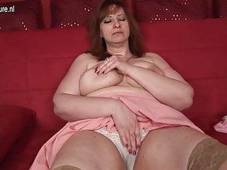 La grande mamma adora bagnarsi sul suo divano