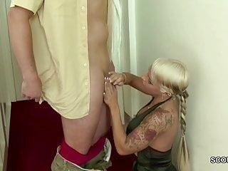 Polizist fickt geilen Teeny mit dicken Titten und Tattoo