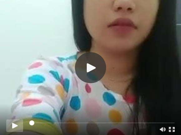 इंडोनेशियाई बेबे 01 में बिस्तर पर घूमती है
