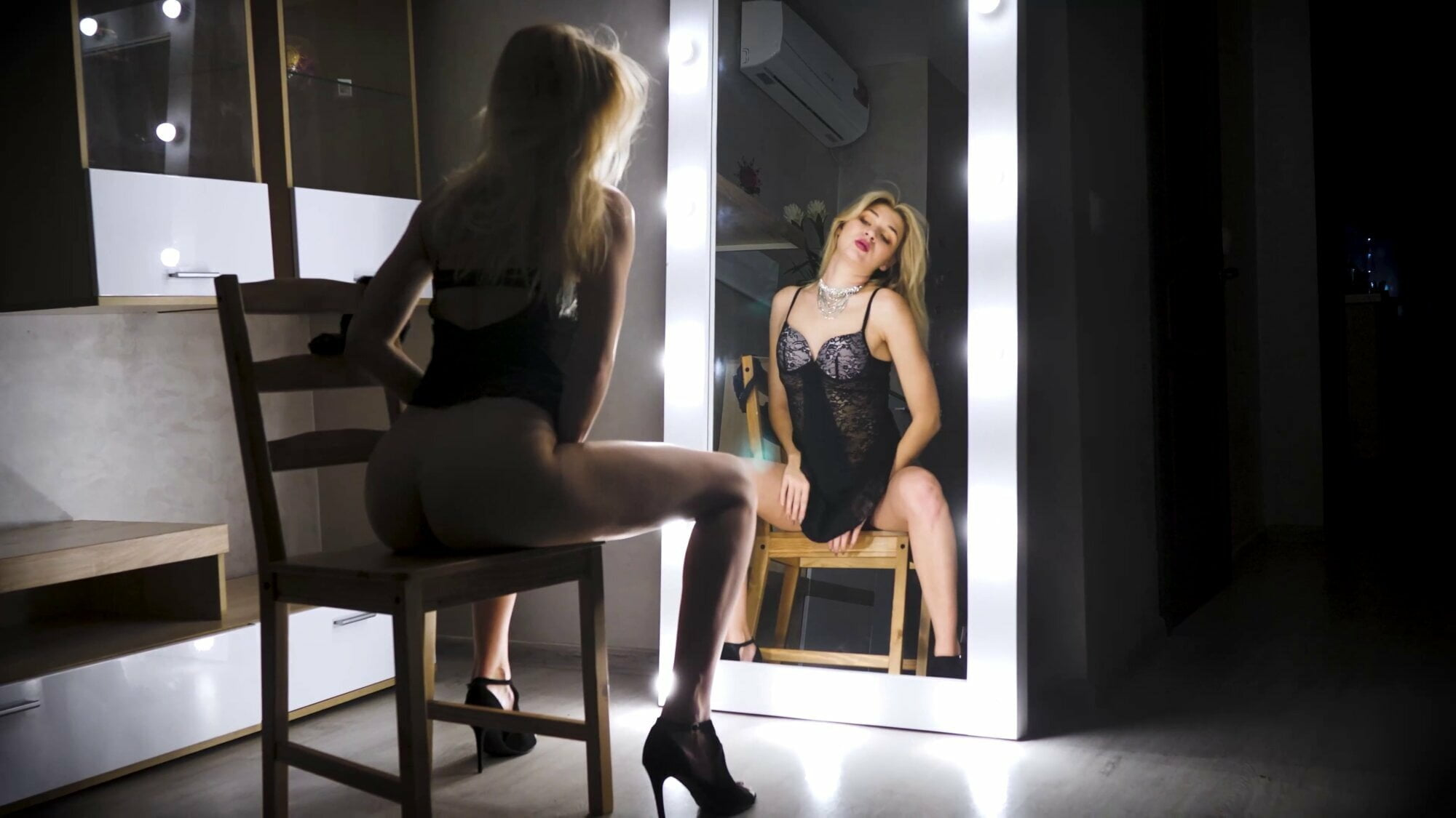GIRL SEXUALLY MASTURBATES AGAINST THE MIRROR