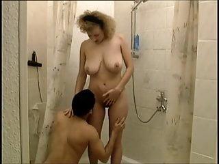 Saksalainen kotiäiti vittuile suihkussa