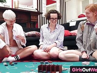 Tre lesbiche amatoriali leccano fighe pelose e stronzi