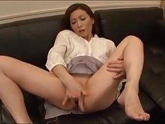 Japán anyuka a fia előtt masztizik tévézés közben