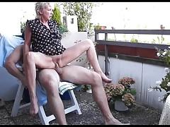 Teraszon szexelt a felizgult anyuka az éppen kertészkedő fiával