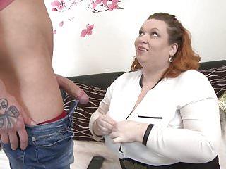 La mamma tettona seduce il giovane figlio magro