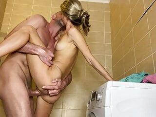 Ich habe meine kleine Schwester direkt im Badezimmer gefickt - Bild 3