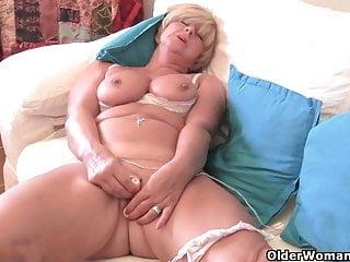 La nonna con grandi tette si masturba con la sua collezione di giocattoli del sesso
